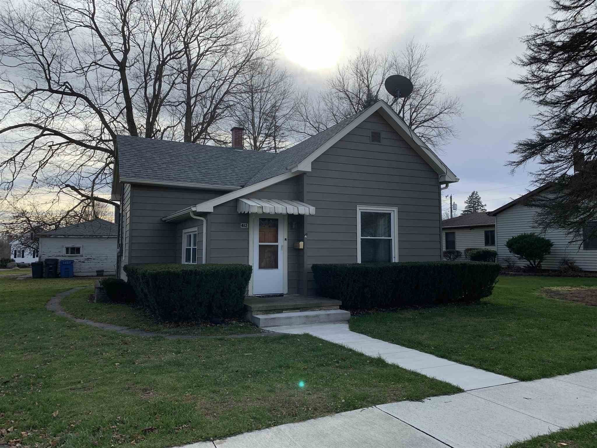 Single Family Homes pour l Vente à 412 E Front Street South Whitley, Indiana 46787 États-Unis