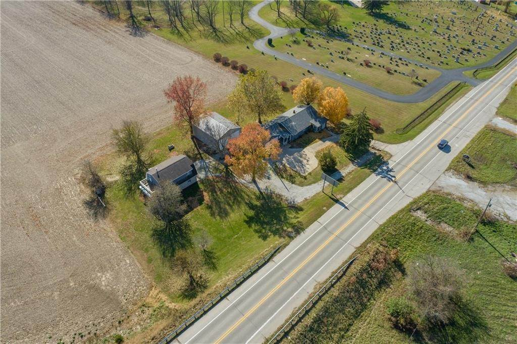 Single Family Homes pour l Vente à 4333 State Road 244 Shelbyville, Indiana 46176 États-Unis