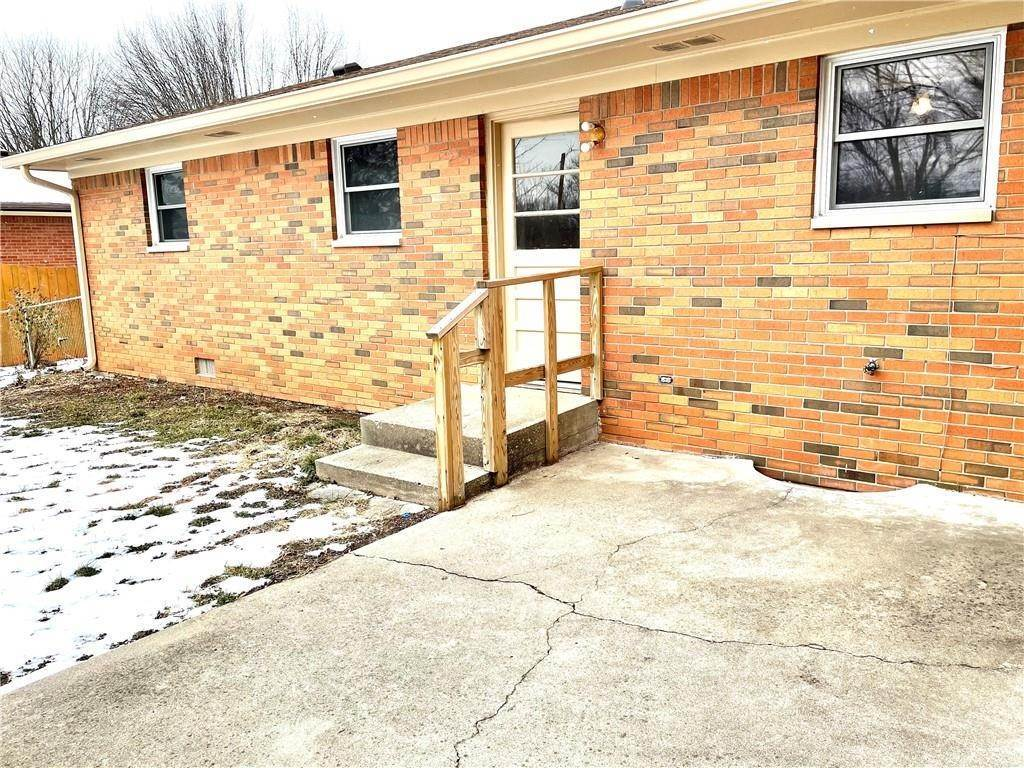 29. Single Family Homes for Sale at 8211 Laura Lynne Lane Indianapolis, Indiana 46217 United States
