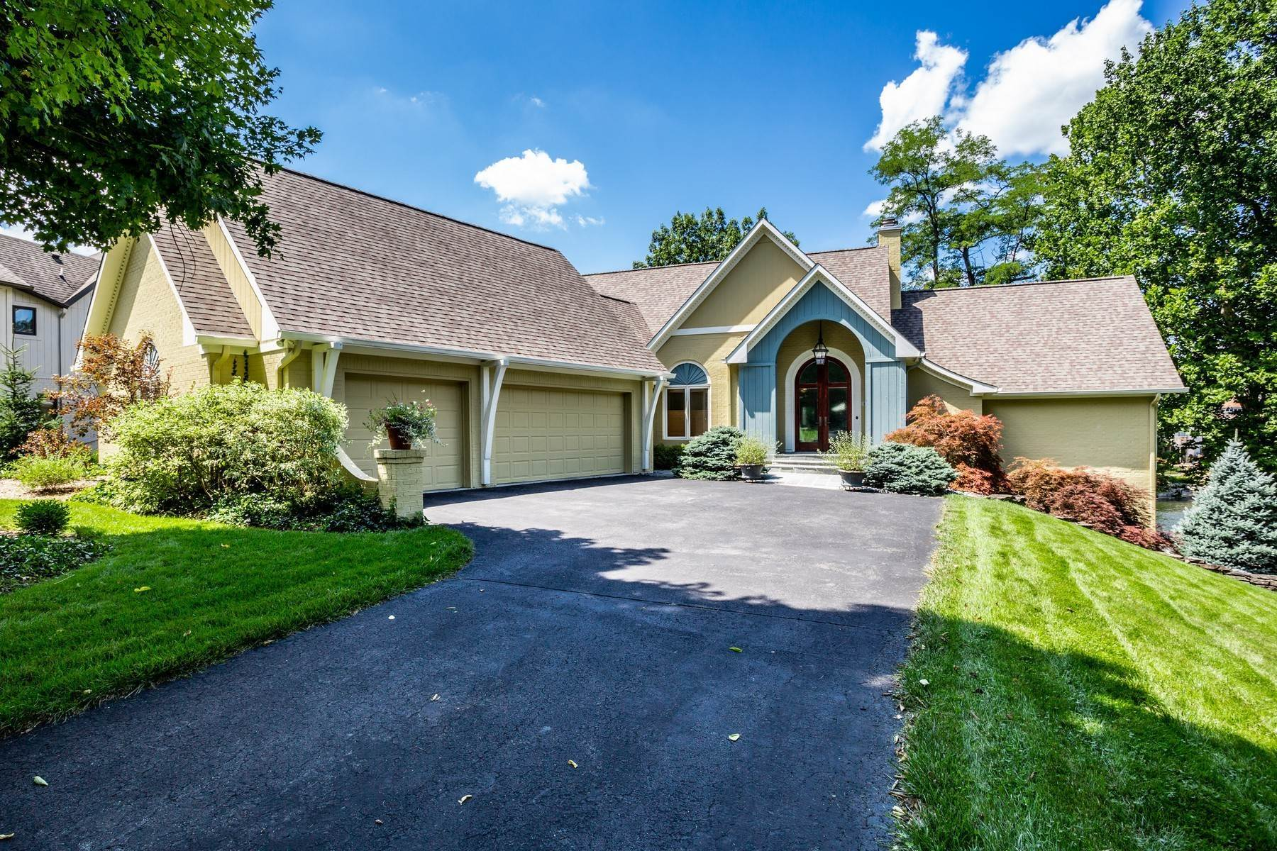 Single Family Homes pour l Vente à Picturesque Waterfront Home 12511 Richlane Drive Indianapolis, Indiana 46236 États-Unis