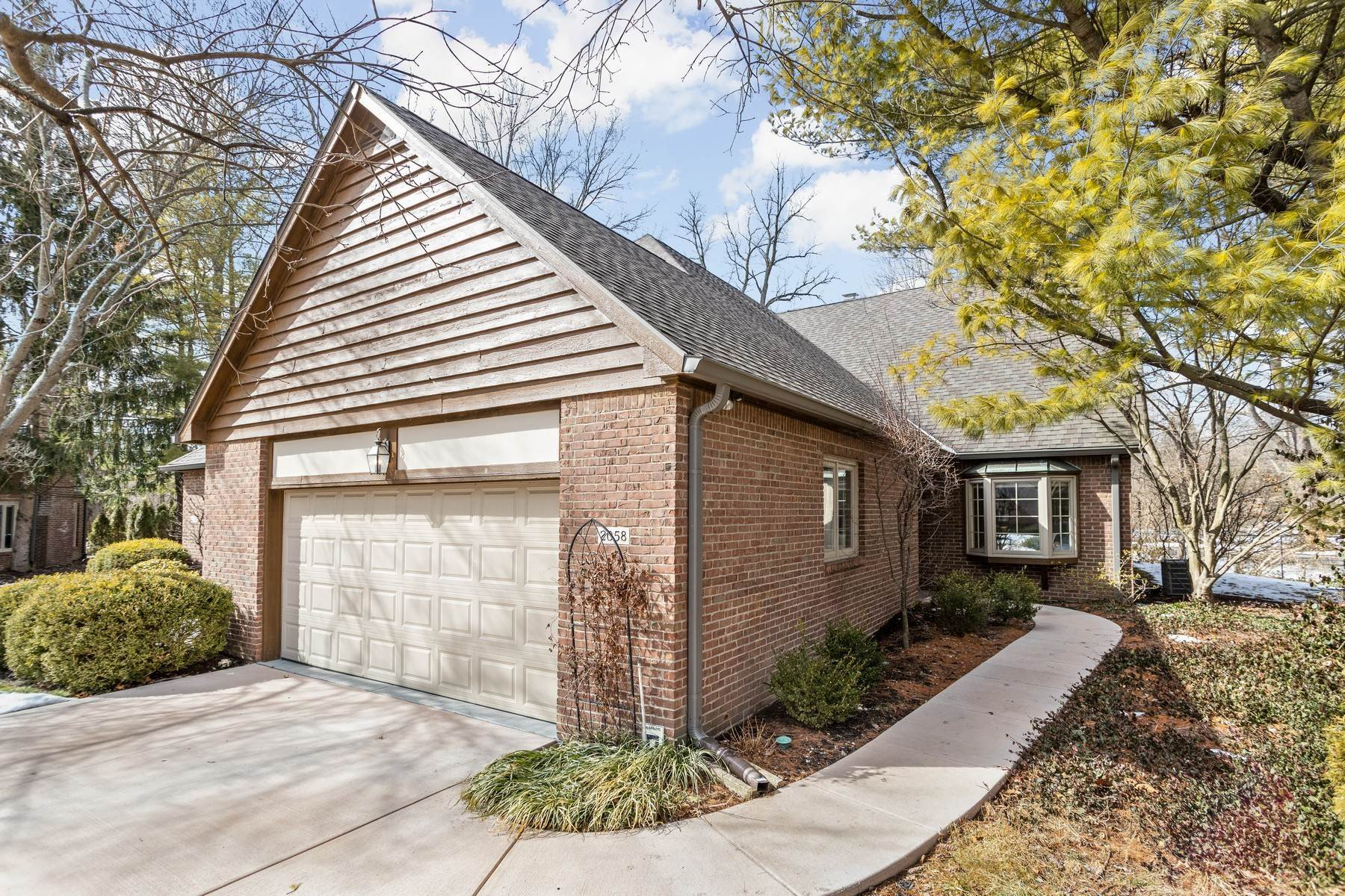Single Family Homes por un Venta en Rare Opportunity 2058 Oldfields Circle N Drive Indianapolis, Indiana 46228 Estados Unidos