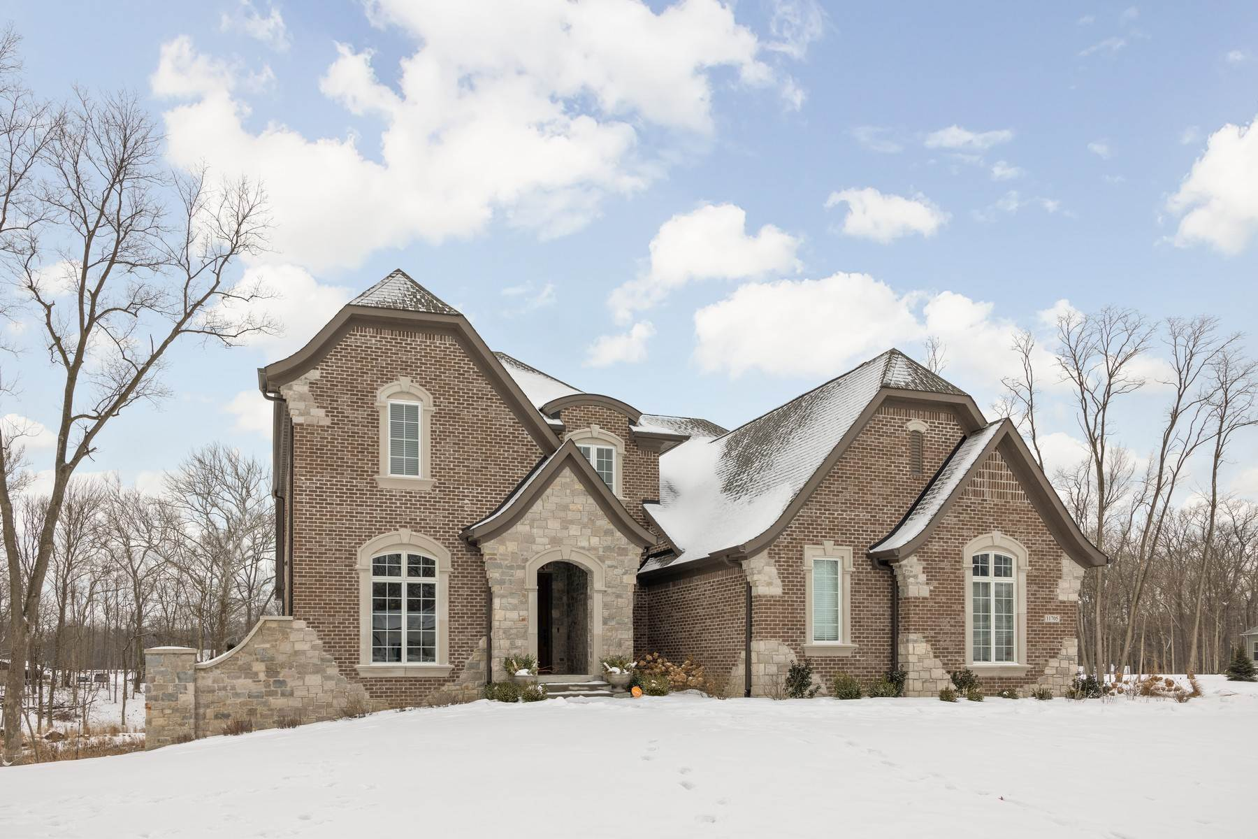 Single Family Homes pour l Vente à Stunning Home on Wooded Lot 11705 Walton Cres Zionsville, Indiana 46077 États-Unis