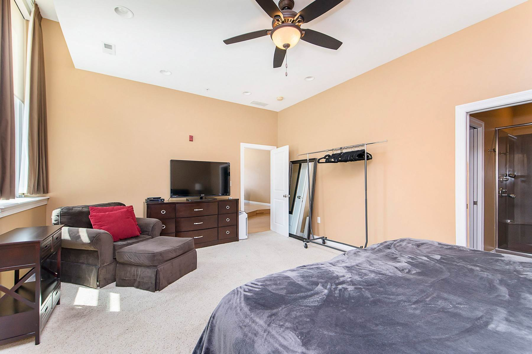 17. Condominiums for Sale at Downtown Condo with Skyline Views 141 South Meridian Street Unit #402 Indianapolis, Indiana 46225 United States